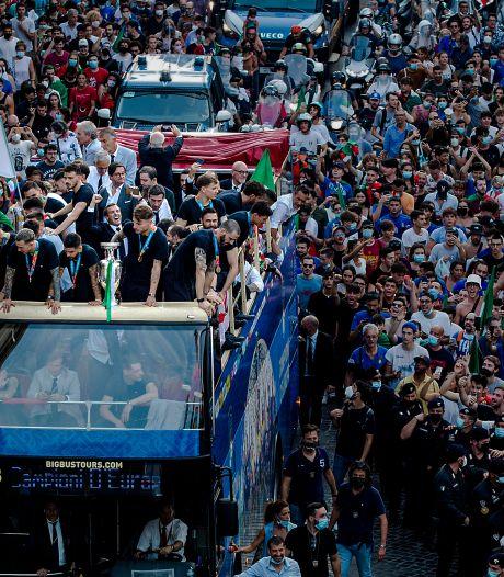 Italiaanse kampioenen tonen beker aan duizenden fans in Rome