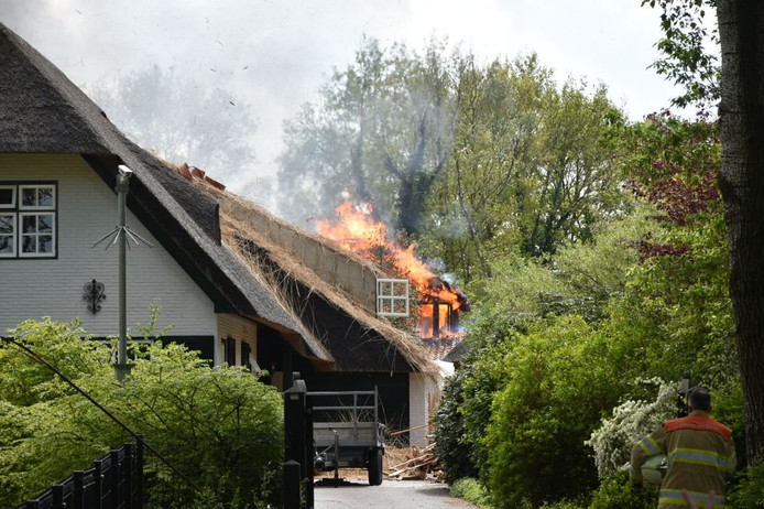 De brand aan de Meppelerweg in Steenwijk vindt plaats in een rietgedekte woning.