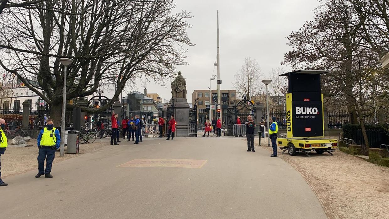 De hoofdingang van het Vondelpark blijft afgesloten. Mensen mogen enkel het park verlaten. Beeld Het Parool