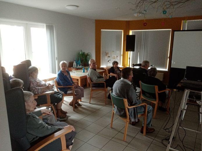 De bewoners van wzc Onze-Lieve-Vrouw genieten van de tweede aflevering van 'Den Babbelaar'.