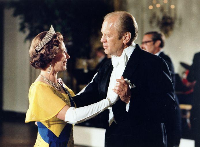 Het ging er zeker niet altijd stijfjes aan toe. Met Gerald Ford sloeg Elizabeth zelfs aan het ballroom dansen.