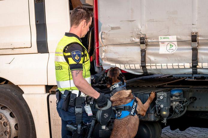 De politie controleert bij een ferryterminal in Vlaardingen of er illegale migranten verstopt zitten in vrachtwagens.