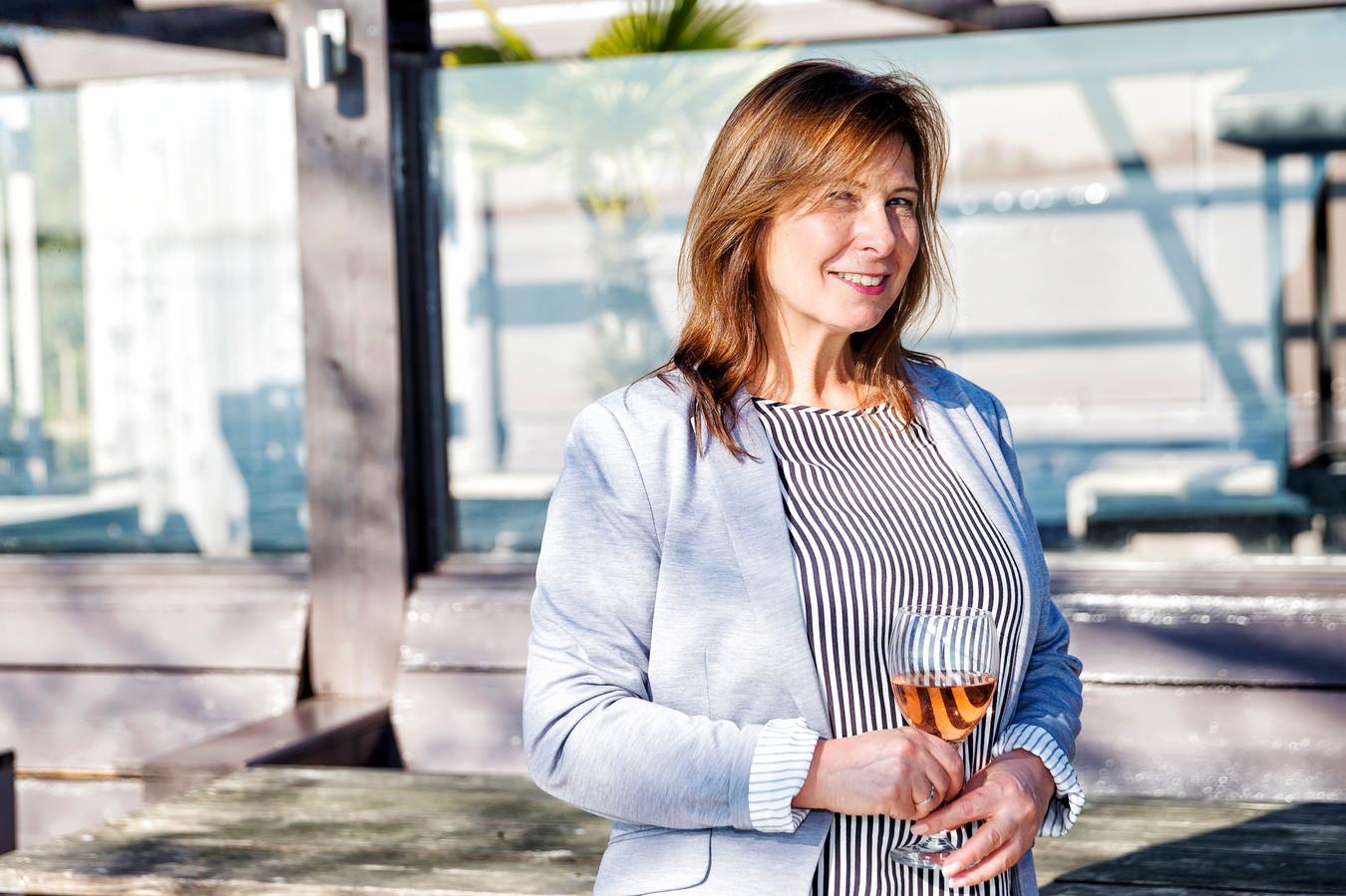Karina Johannes heeft onder het pseudoniem Quizas een boek geschreven met datingtips, gebaseerd op haar eigen, wilde ervaringen.