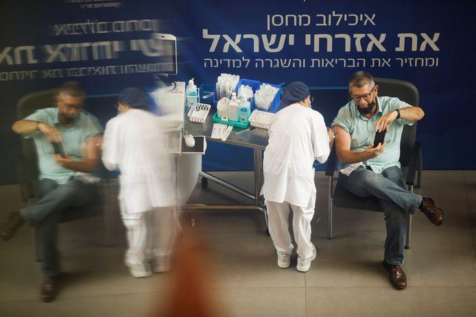 Een man krijgt een derde vaccindosis in Tel Aviv, Israël.