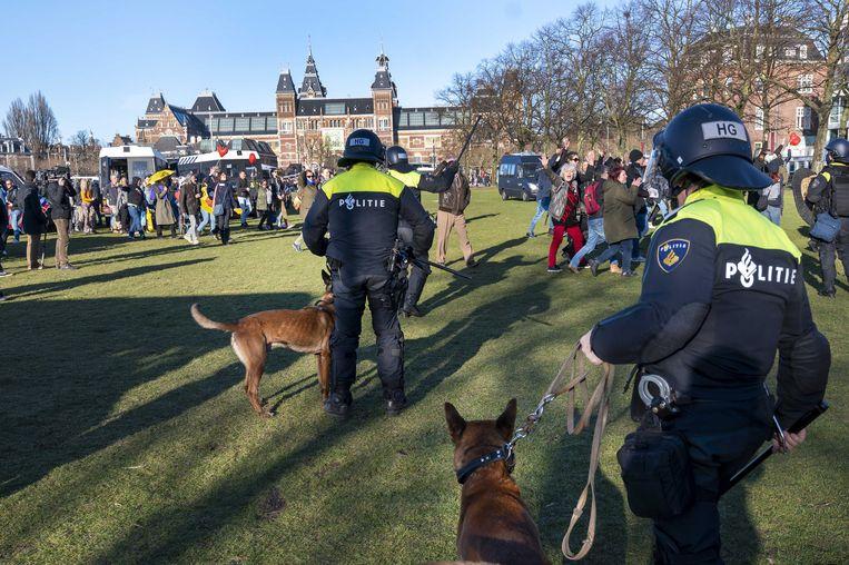 De Mobiele Eenheid ontruimt het Museumplein met behulp van politiehonden. Beeld ANP
