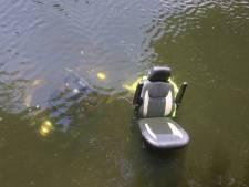 Man rijdt met scootmobiel water Lombardkade in