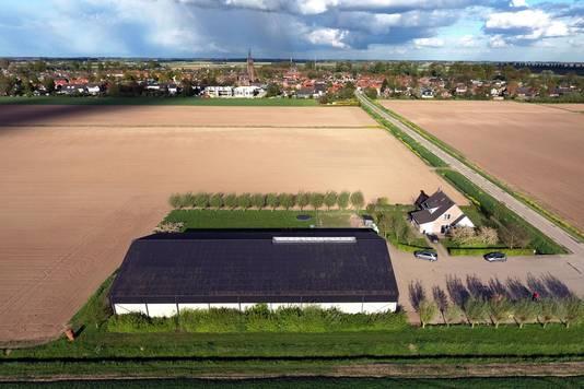 De schuur aan de Nathalsweg: op het dak is plaats voor maximaal 680 zonnepanelen. Op de achtergrond ligt het dorp Hank.