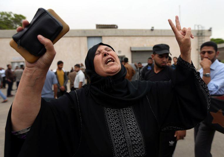 Een Palestijnse vrouw rouwt om een familielid dat is omgekomen bij Israëlische beschietingen in de zuidelijke Gazastrook. 'Als we onze waakzaamheid laten verslappen, zouden we opnieuw kwetsbaar kunnen worden', betoogt Halevi. Beeld REUTERS