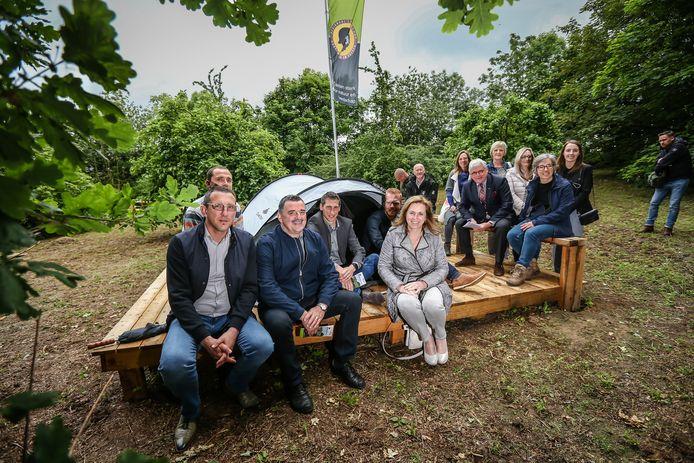Gedeputeerden voor landbouw en plattelandsontwikkeling en haar collega van natuur en milieu Bert Lambrechts mochten de eerste paalcamping op Hooilingen in Hoeselt openen.