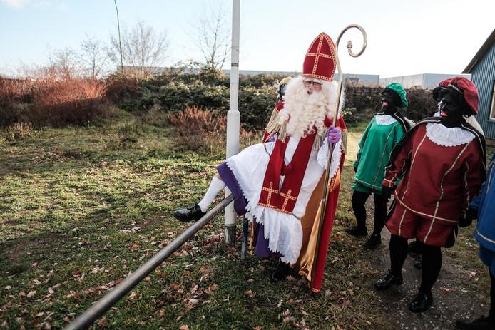 Sinterklaas moet even over het hekje heen bij de Sinterklaascentrale.