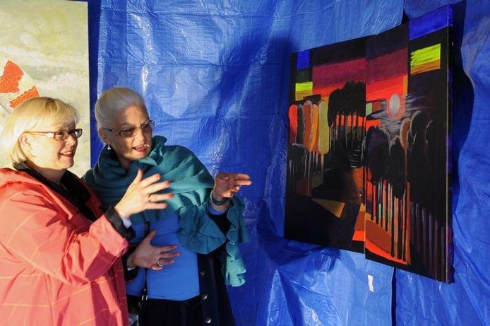 Kunstenares Van der Elst-Roelfsema uit Fijnaart (rechts) geeft uitleg over een van haar werken aan bezoekster Cocky Bakker uit Etten-Leur. foto's René Schotanus/het fotoburo