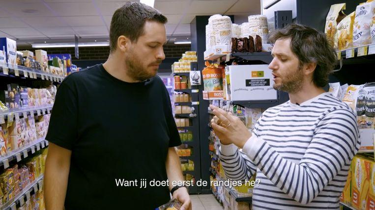 Lukas Lelie en Lieven Scheire in de koekenrayon van de lokale supermarkt voor 'Standaard koekhandel'. Beeld RV