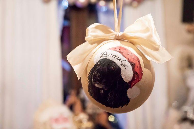Beauty, hun hondje dat pas overleden is, krijgt ook een plaats in de versiering.
