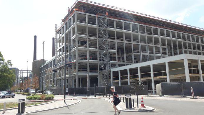 Op de kopse kant van gebouw TQ op Strijp-T (aan de Achtseweg-Zuid in Eindhoven) moet nog veel werk verricht worden om TQ5 en -6 volgend jaar in gebruik te kunnen nemen.