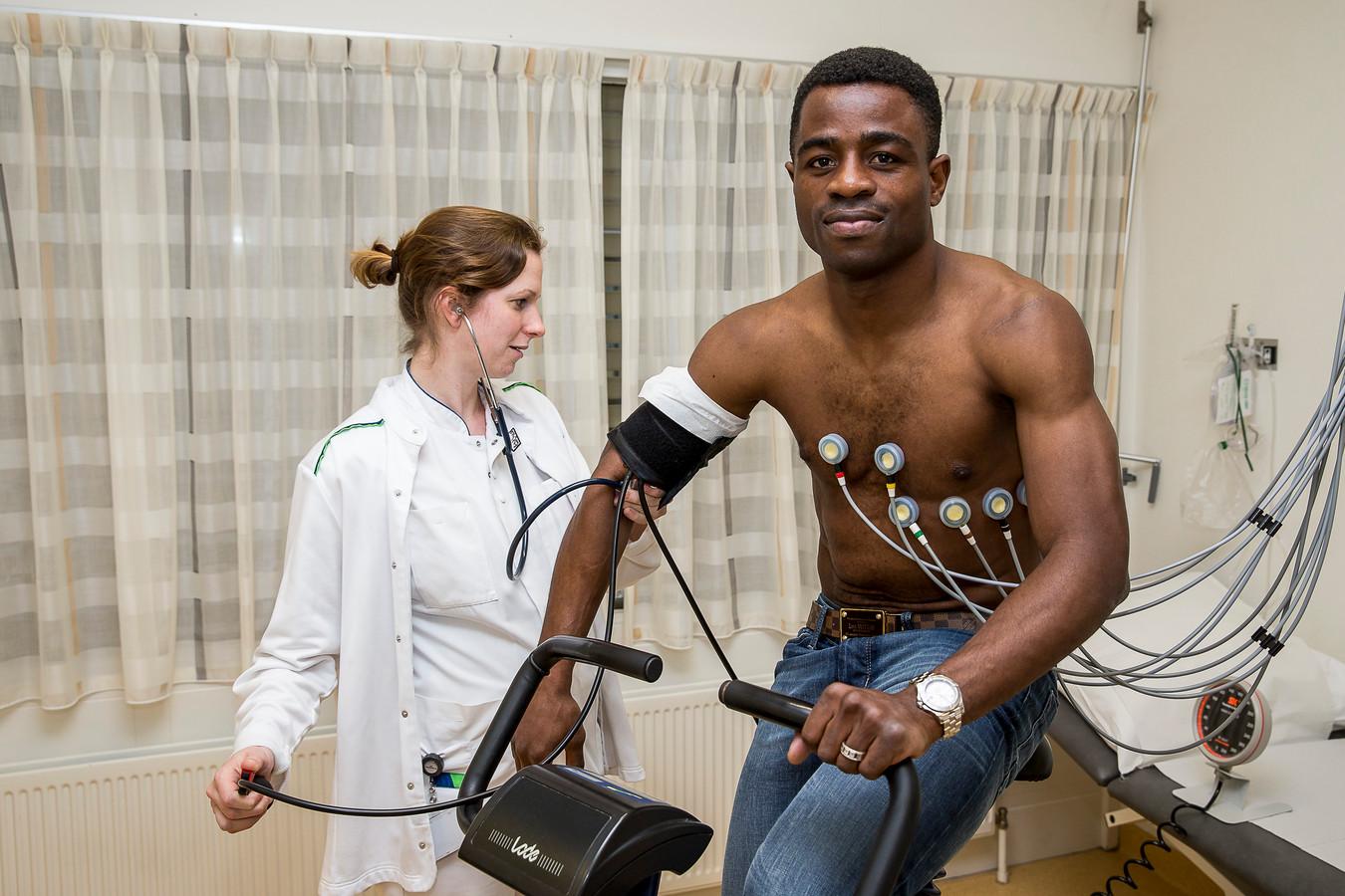 Zo ziet een medische keuring er vaak uit: een voetballer op een loopband of een ergofiets aan allemaal slangetjes die waarden meten. Dit is  Bartholomew Ogbeche enkele jaren terug tijdens de keuring bij Willem II.