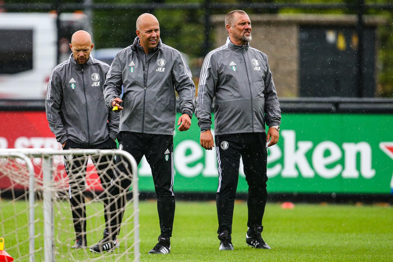 Arne Slot (m) leidt zijn eerste training bij Feyenoord.
