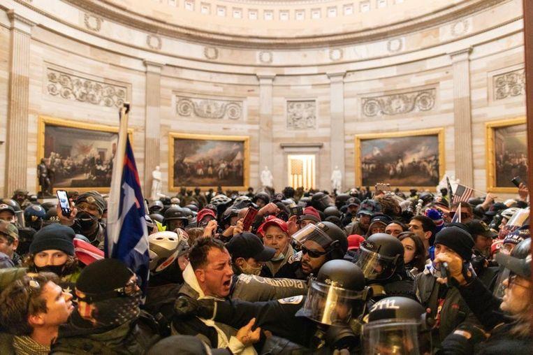 Gevechten tussen Trump-supporters en politie binnen in het Capitool op 6 januari. De aanhangers van Donald Trump hadden wel degelijk plannen om politici aan te vallen en zelfs te vermoorden, blijkt nu. Beeld Anadolu Agency via Getty Images