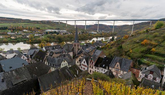 Sommige streekbewoners vinden dat de verkeersbrug het mooiste stukje van de Moezelvallei verpest. Milieubewegingen en enkele wijnbouwers vrezen voor lucht- en grondwatervervuiling.