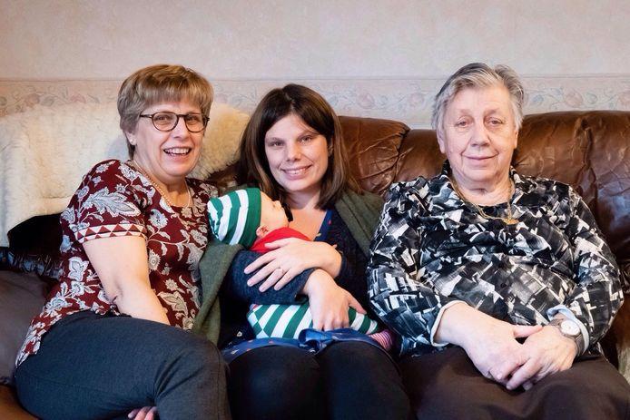 Het viergeslacht: Linda, Tine met Lize en Georgette.