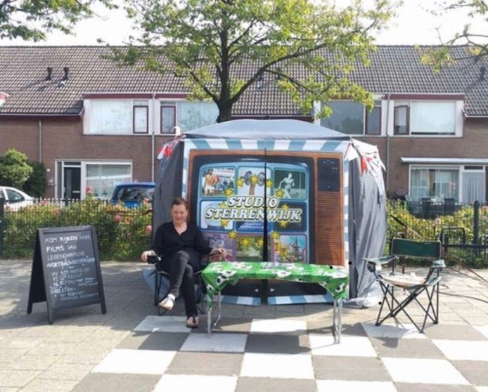 Kunstenaar Monique Broekman werkte deze zomer vanuit een speciale tent op het plein voor het buurthuis in Sterrenwijk.