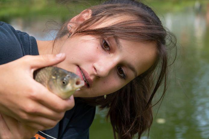 Fleur (13) vangt een vis.