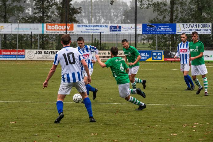 amateurvoetbal *Max Sonnemans* (midden aan de bal) van SV Someren