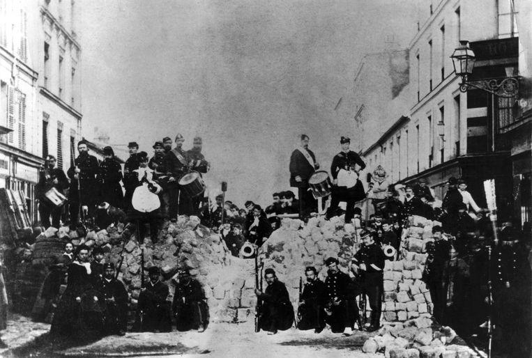 Barricade van opstandelingen tijdens de Commune van Parijs (1871).  Beeld Getty