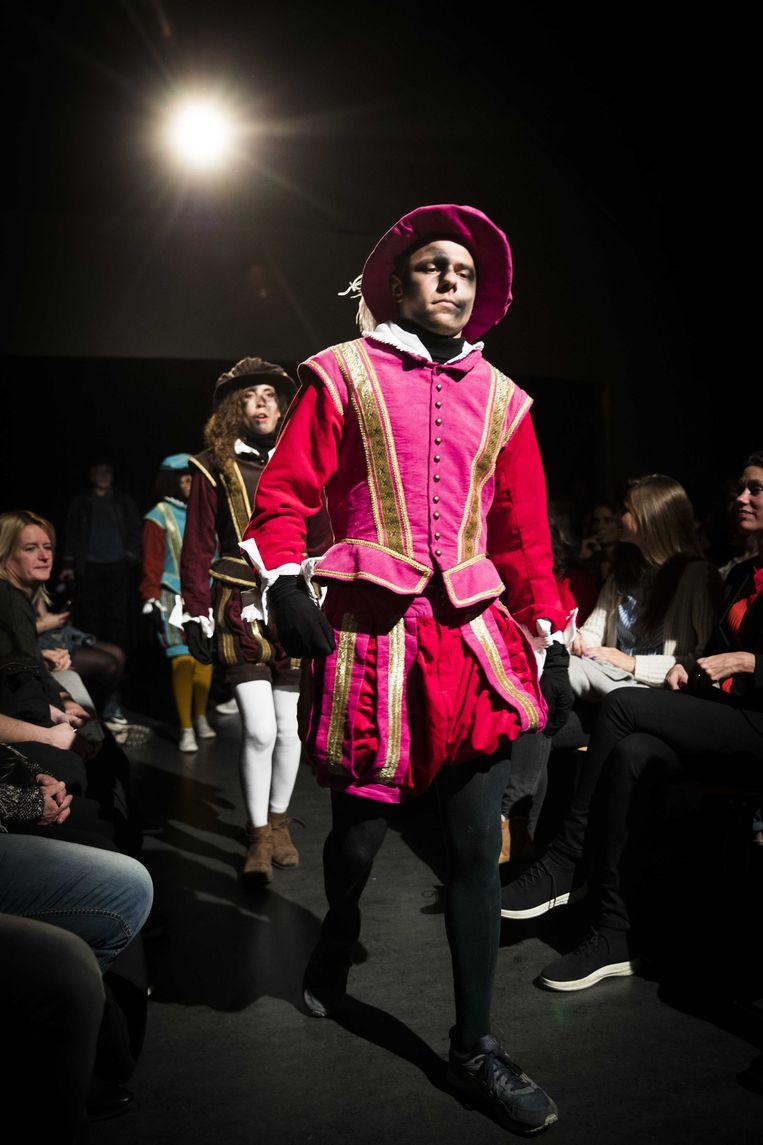 Roetpieten showen hun nieuwe outfits in Amsterdam. De ontwerpen van de nieuwe pietenpakken zijn gebaseerd op Spaanse edellieden uit de 16de eeuw. Beeld ANP