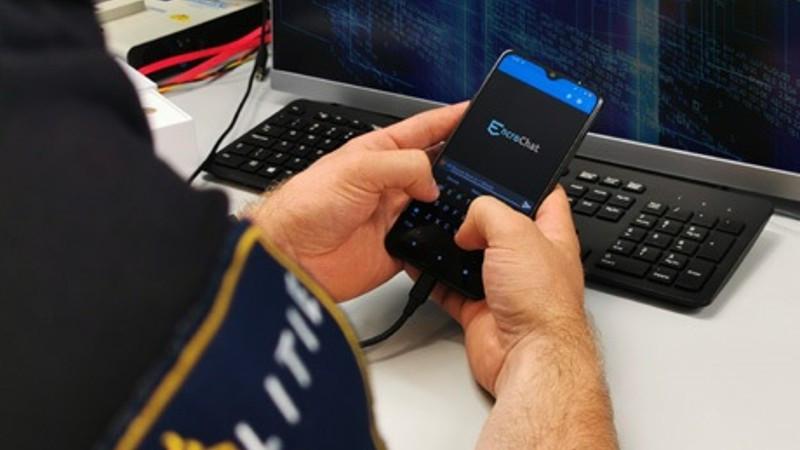 Dankzij het kraken van de chatdienst EncroChat kon de politie meer dan twintig miljoen berichten van criminelen live meelezen.