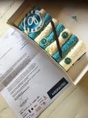 De taart die buren van De Vijverberg kregen van voetbalclub De Graafschap.