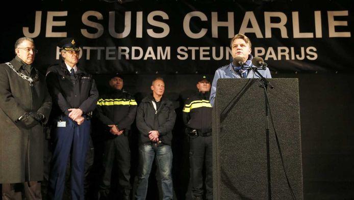 Christiaan Ruesink, hoofdredacteur van het AD, houdt een toespraak tijdens de demonstratie in Rotterdam