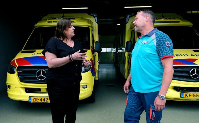 Patricia Sinte Maartensdijk in gesprek met ambulanceverpleegkundige Kees Nieuwland.