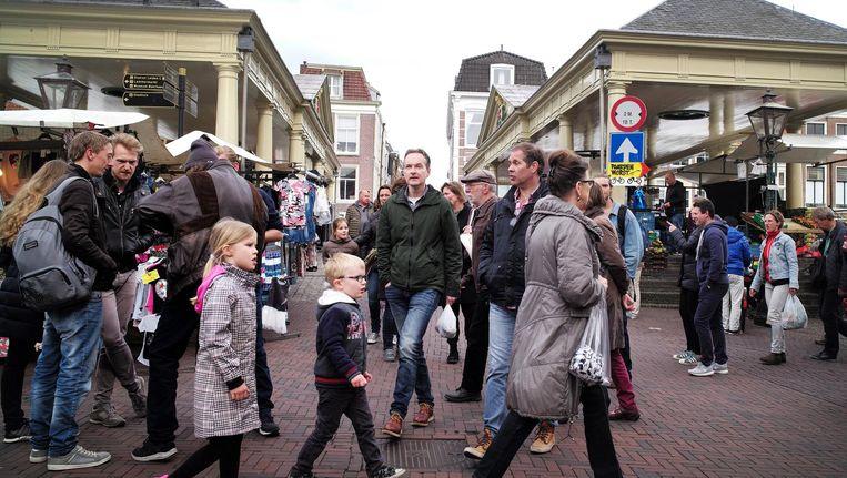 Winkelend publiek op de markt in het centrum van Leiden. Beeld Jiri Buller