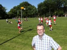 Teleurgestelde korfbalvoorzitter Wim Jansen uit Wezep praat met gemeenteraad over uitstel verhuizing