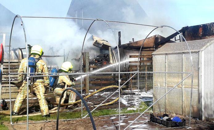 In Lille brandde dinsdagvoormiddag een werkplaats achteraan in de tuin van een woning volledig uit.