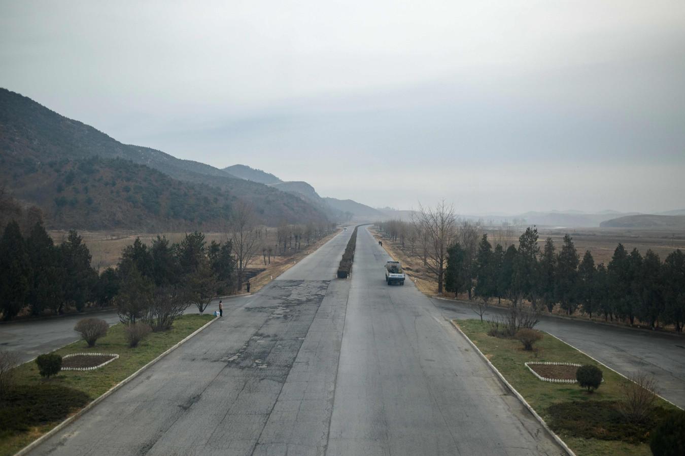 De Noord-Koreaanse snelweg tussen Kaesong en Pyongyang, waar het ongeluk met de Chinese touringcar gebeurde.