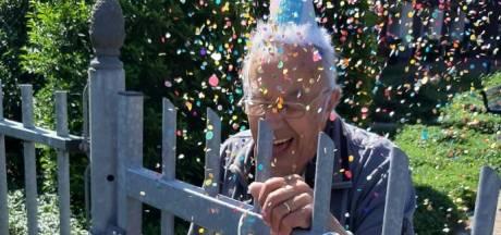 Vreugde en verdriet gevangen in één beeld op verjaardag van Gerard Hofste (90) uit Ootmarsum