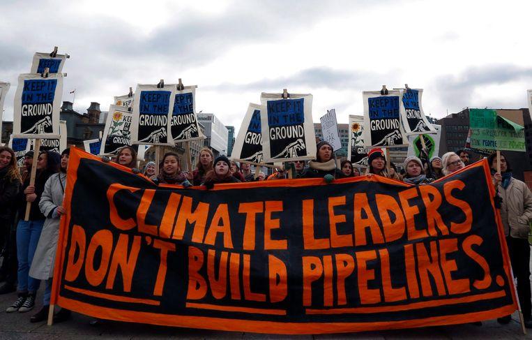 Klimaatactivisten protesteren tegen de bouw van oliepijplijnen in Ottawa, Canada. Ook Trio vindt dat we zo snel mogelijk moeten afstappen van fossiele brandstoffen. Beeld BELGAIMAGE