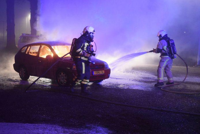 Aan de Koedijk in Almelo vloog een auto in de fik