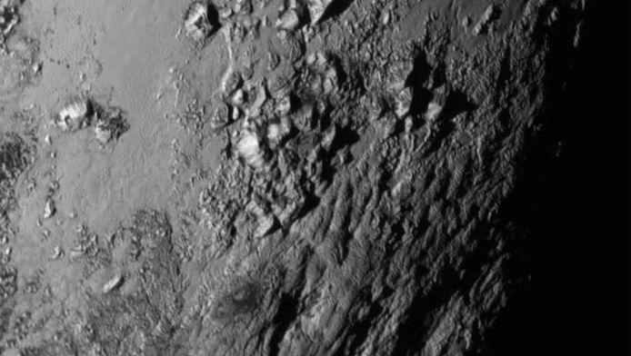 Bergen nabij de evenaar van Pluto.
