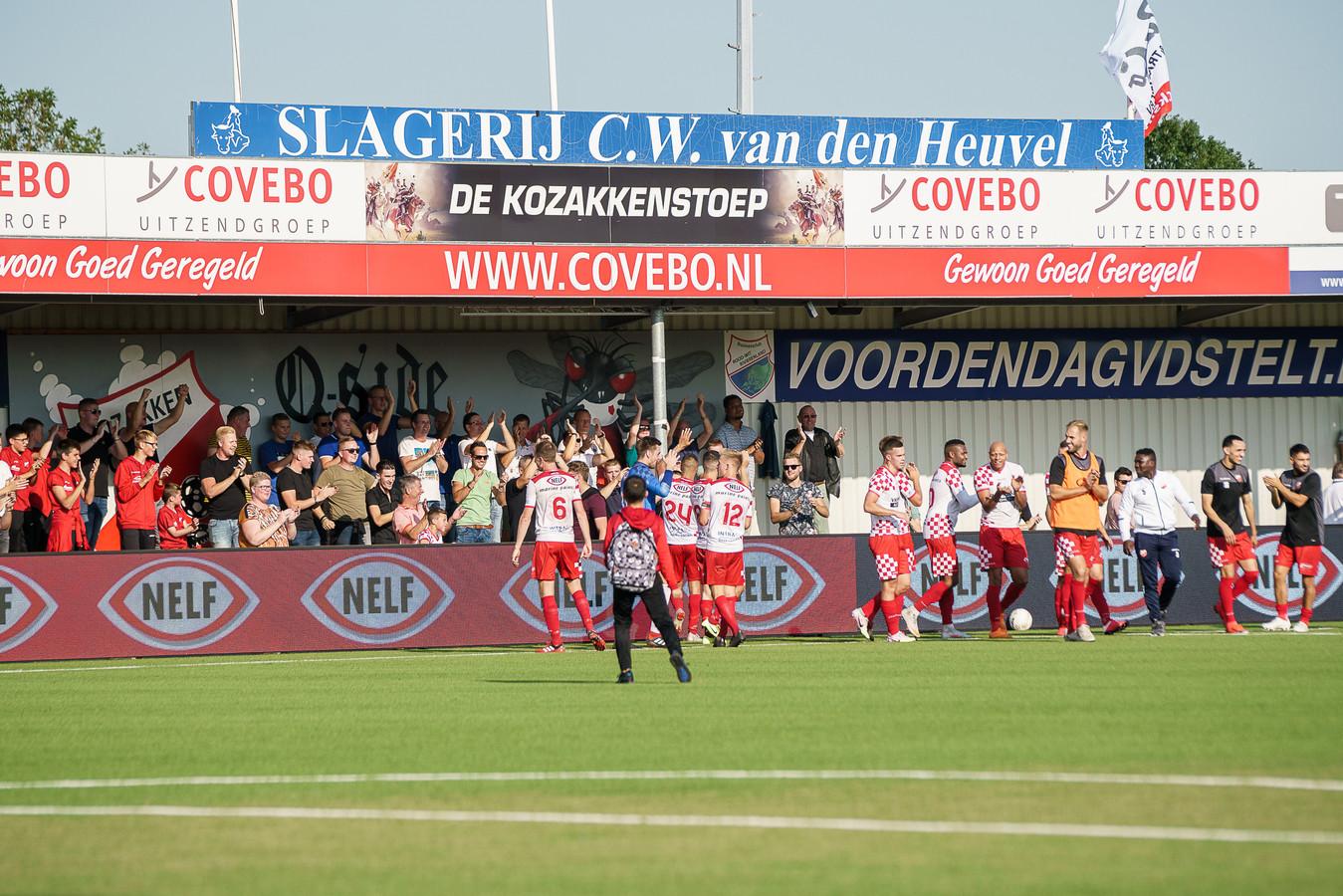 Een opeengepakte Q-side viert samen met de spelers van Kozakken Boys uit Werkendam de 4-1 overwinning op IJsselmeervogels.