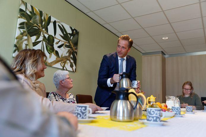 Minister Hugo de Jonge bezocht in 2019 Wiekendael vanwege de stamtafel. Hier ging hij in gesprek met bewoners en professionals en schonk koffie.