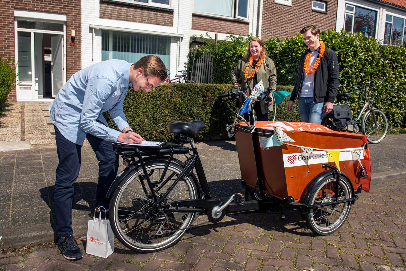 Jeroen Koppen en Elles van Steenis gaan laangs bij studenten voor een persoonlijke propedeuse-uitreiking.  Jules Quaedvlieg woont in Breda en is toch blij dat hij op deze wijze feestelijk bezoek heeft.