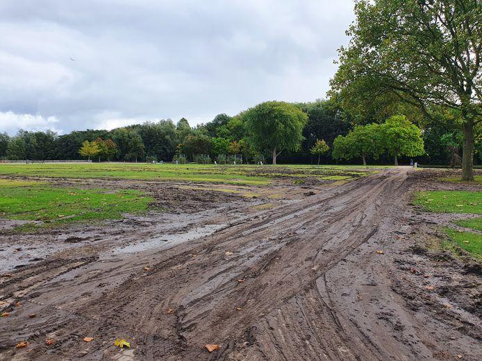 De schade aan het gras in het Roel Langerakpark na festival Toffler.
