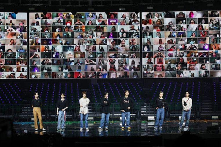 De Zuid-Koreaanse band BTS met videoverbindingen met fans. Beeld