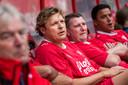 Youri Mulder op de bank bij de wedstrijd van FC Twente All Stars tegen Schalke 04.