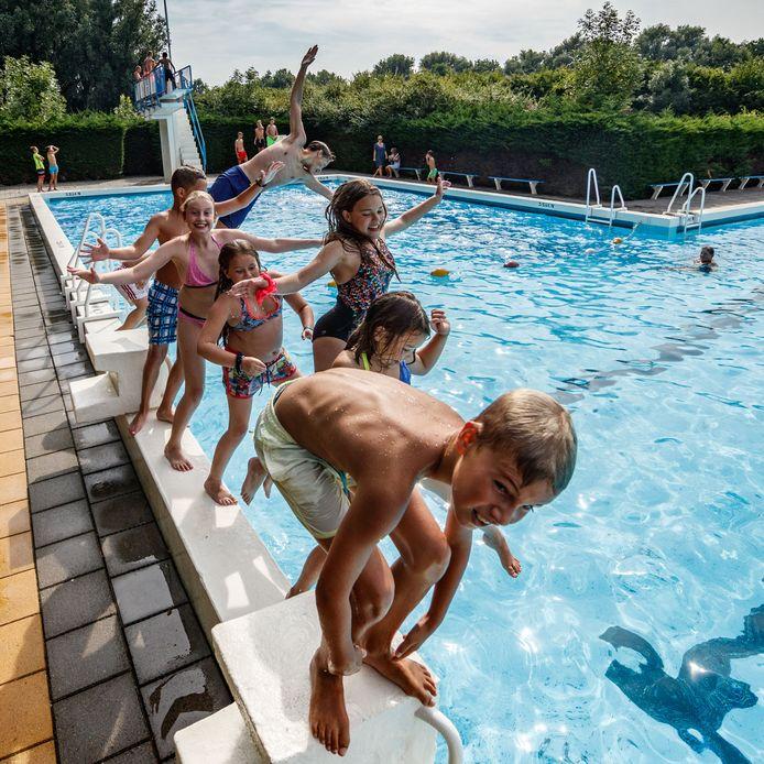 Een frisse duik in zwembad De Bosselaar.