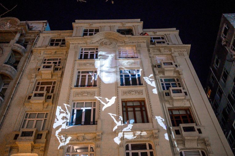 Op het voormalige Agos-gebouw wordt het portret geprojecteerd van de vermoorde hoofdredacteur Hrant Dink. Beeld AFP