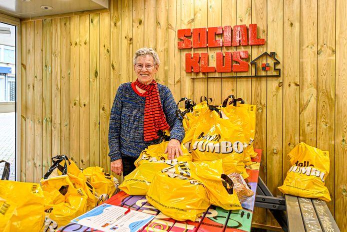 Social Klus verzorgt in Roosendaal het Jeugdontbijt voor kinderen die thuis geen ontbijt krijgen. Vrijwilliger Tineke Velthoven helpt bij het uitdelen.