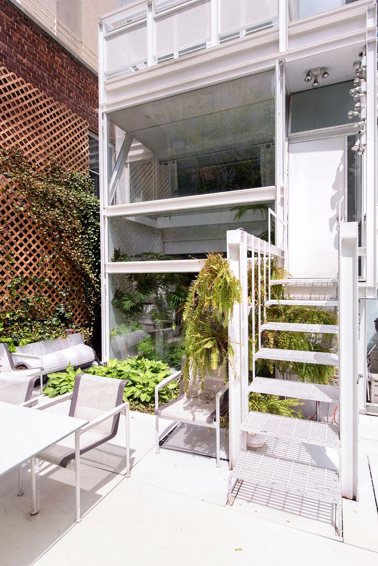 Wagner kan genieten van een tuin van maar liefst 36 vierkante meter. Het is een zeldzaamheid om zo'n groene oase in het midden van de stad te hebben. Beeld Els Zweerink